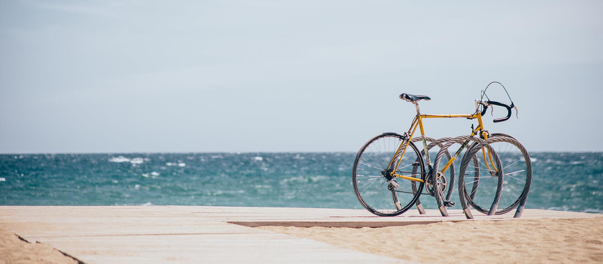 Vélo parqué sur une estacade en bois sur la plage