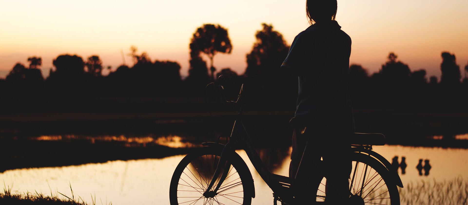 Balade à vélo en bord de lac au coucher de soleil